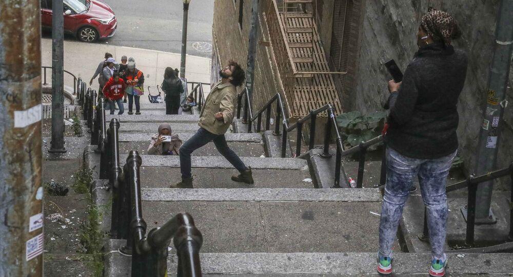 سياح يلتقطون صورا على الدرج الشهير في برونكس، نيويورك 28 أكتوبر 2019