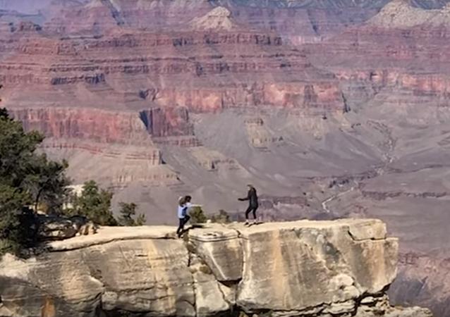 أمريكية كادت أن تقع في وادي غراند كانيون خلال التقاط صورة