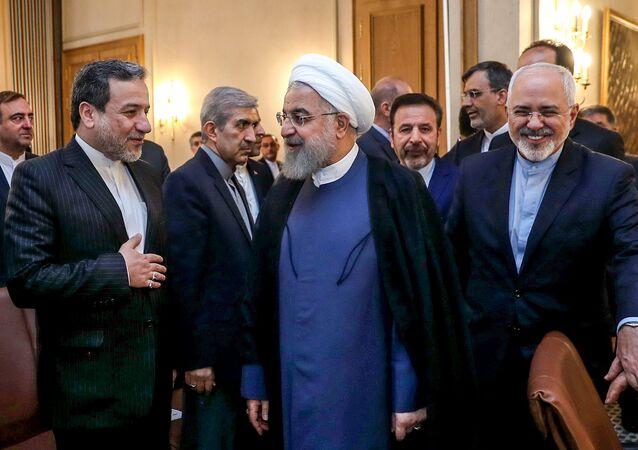 الرئيس الإيراني حسن روحاني ومدير مكتب الرئاسة الإيرانية محمود واعظي ووزير الخارجية الإيراني محمد جواد ظريف