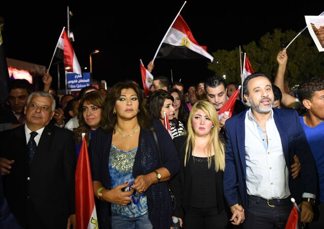 الفنانة المصرية هالة صدقي وتقف خلفها الفنانة نشوى مصطفى وإلى جانبها الفنانة مها أحمد
