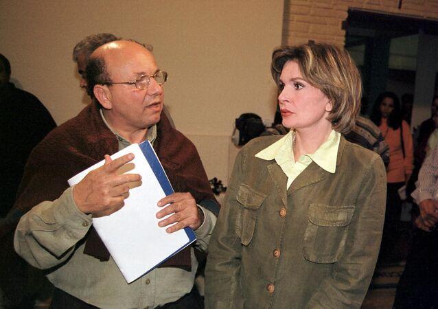 الممثلة المصرية يسرا مع المخرج المصري مجدي أبو عميرة في كواليس مسلسل أين قلبي إنتاج 2002