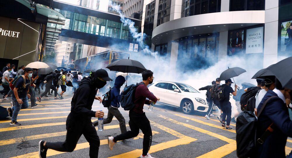 شرطة الشغب تفرق المتظاهرين في هونغ كونغ، الصين 11 نوفمبر 2019