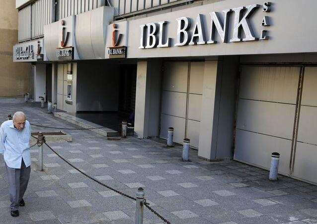 رجل يمر بجانب بنك مغلق في بيروت، لبنان، الثلاثاء 12 نوفمبر/تشرين الثاني 2019