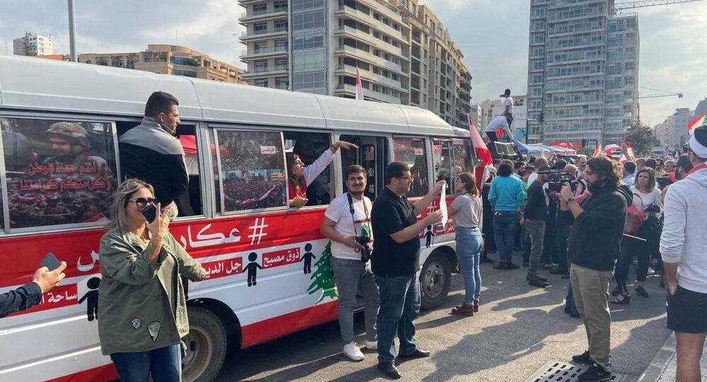 حافلة للثورة تجوب المناطق اللبنانية واعتراض على توجهها جنوباً