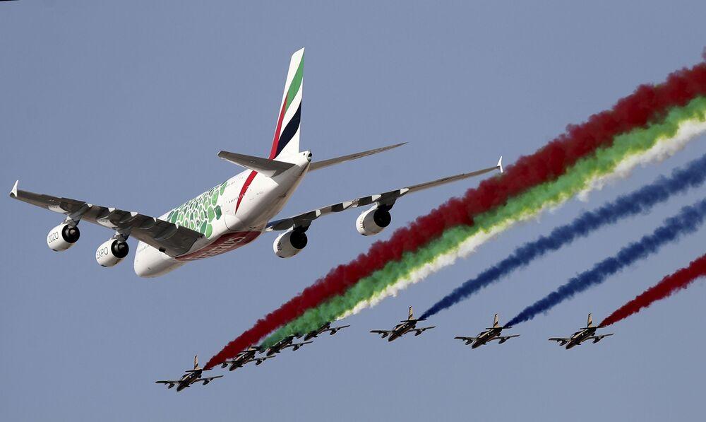طائرة أ-380 لشركة الطيران الإماراتية والفرقة الاستعراضية الجوية الإماراتية الفرسان خلال عرض جوي في معرض دبي للطيران لعام 2019، 17 نوفمبر 2019