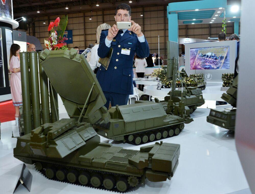 زائر يتفقد نماذج التقنيات العسكرية الجديدة في الجناح الروسي روس أوبورون إكسبوت في معرض دبي  للطيران لعام 2019، 17 نوفمبر 2019