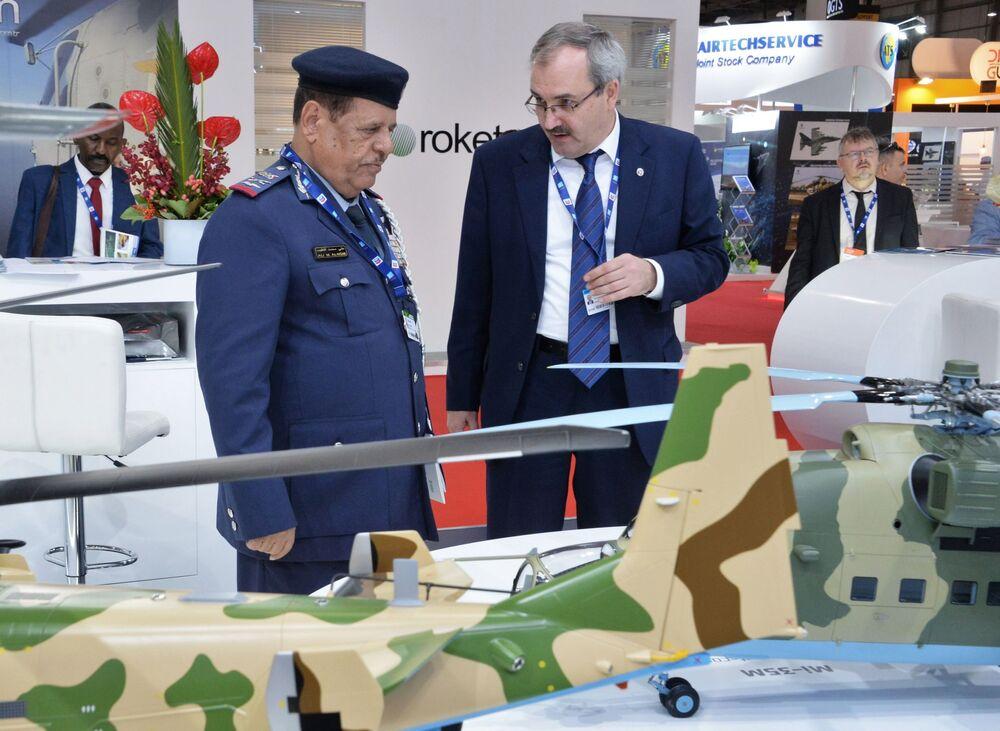 زوار بالقرب من الجناح الروسي روس أوبورون إكسبورت في معرض دبي للطيران لعام 2019، 17 نوفمبر 2019