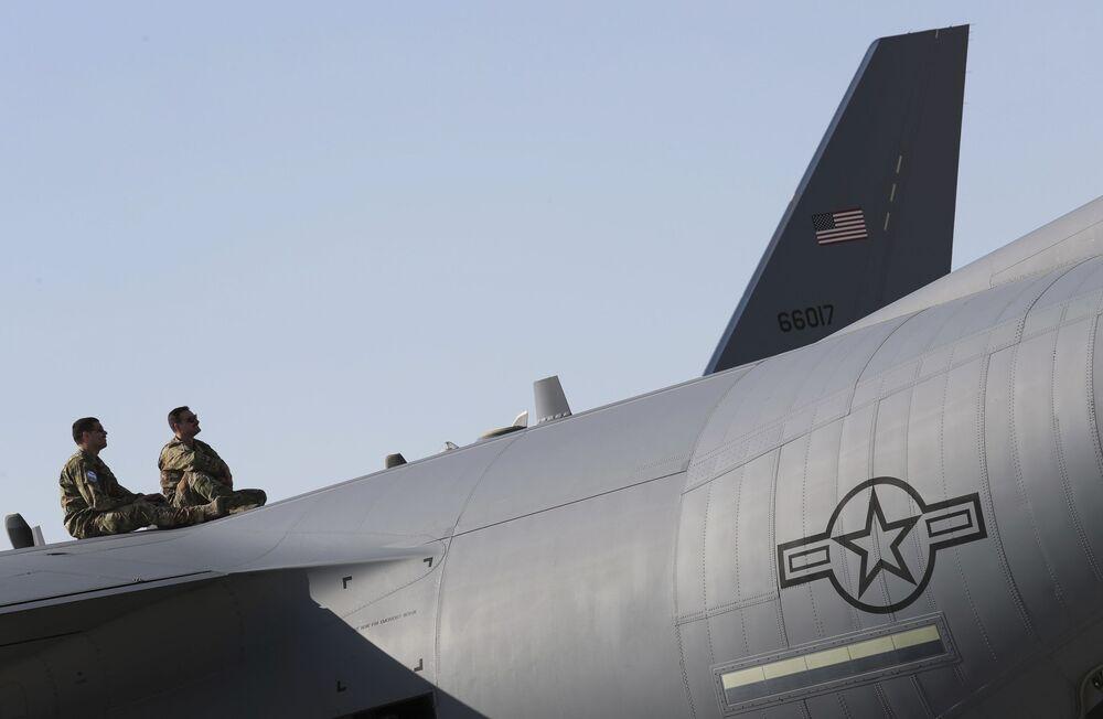 طيارون أمريكيون يشاهدون العرض الجوي في معرض دبي الجوي للطيران لعام 2019، 17 نوفمبر 2019