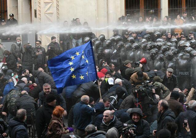 تظاهرات أمام البرلمان في العاصمة الجورجية تبيلّيسي، للمطالبة بإجراء انتخابات مبكرة، جورجيا 19 نوفمبر 2019