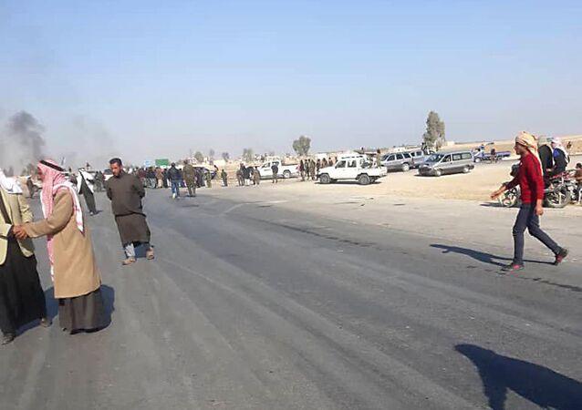 متظاهرون يقطعون طريق الحسكة دير الزور احتجاجا على اعتقال مواطن وابنته