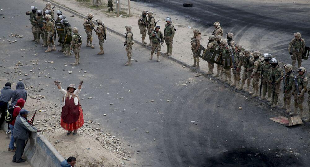أنصار الرئيس البوليفي السابق يفو موراليز في الطريق المؤدي من إل ألتو إلى لاباز، للمشاركة في المظاهرات، بوليفيا في 19 نوفمبر 2019