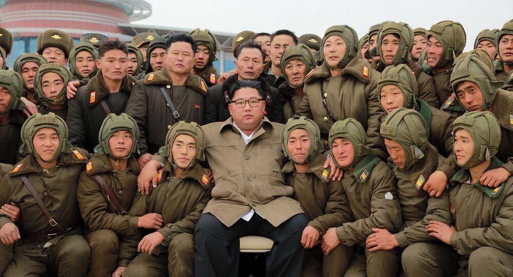 زعيم كوريا الشمالية كيم جونغ أون يلتقط صورة جماعية مع اللقوات الجوية الكورية الشمالية، 18 نوفمبر 2019
