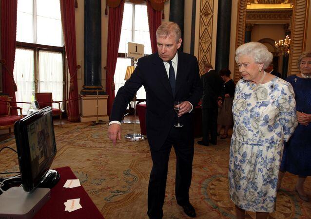 الملكة إليزابيث مع نجلها الأمير أندرو