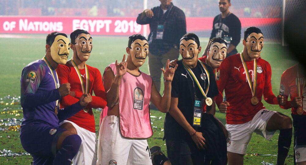 لاعيبة منتخب مصر الأولمبي يرتدون أقنعة سلفادور دالي المرتبطة بالمسلسل الإسباني La Casa de Papel