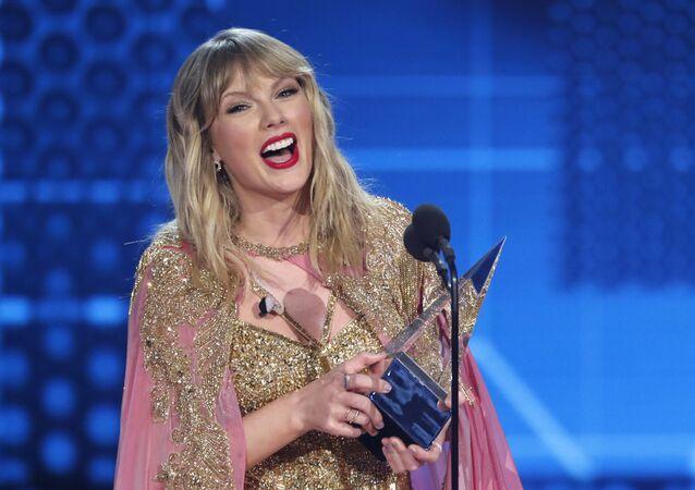 المطربة الأمريكية تايلور سويفت في حفل جوائز الموسيقى الأمريكية، 24 نوفمبر/تشرين الثاني 2019