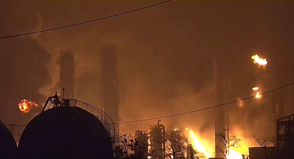 ألسنة اللهب فوق مصنع للبتروكيماويات بعد انفجار بولاية تكساس الأمريكية