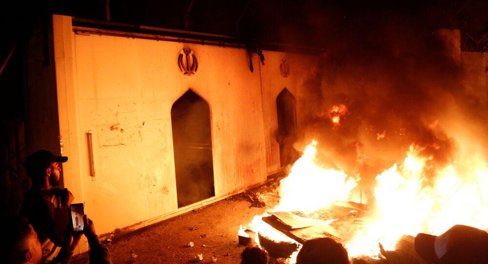 المتظاهرون في العراق يقتحمون القنصلية الإيرانية في النجف ويحرقون المبنى