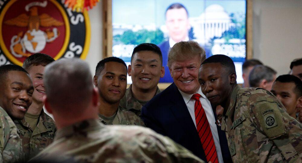 الرئيس الأمريكي دونالد ترامب يلتقط صورة تذكارية مع القوات الأمريكية خلال زيارة مفاجئة لقاعدة باغرام الجوية في أفغانستان، 28 نوفمبر/تشرين الثاني 2019