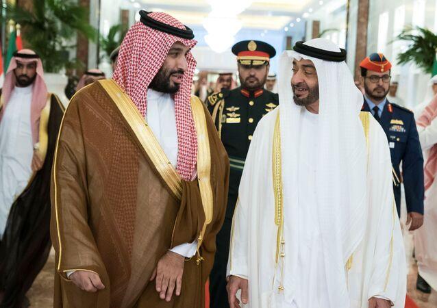ولي عهد أبوظبي الشيخ محمد بن زايد آل نهيان يستقبل ولي العهد السعودي الأمير محمد بن سلمان في المطار الرئاسي في أبوظبي، 27 نوفمبر/تشرين الثاني 2019