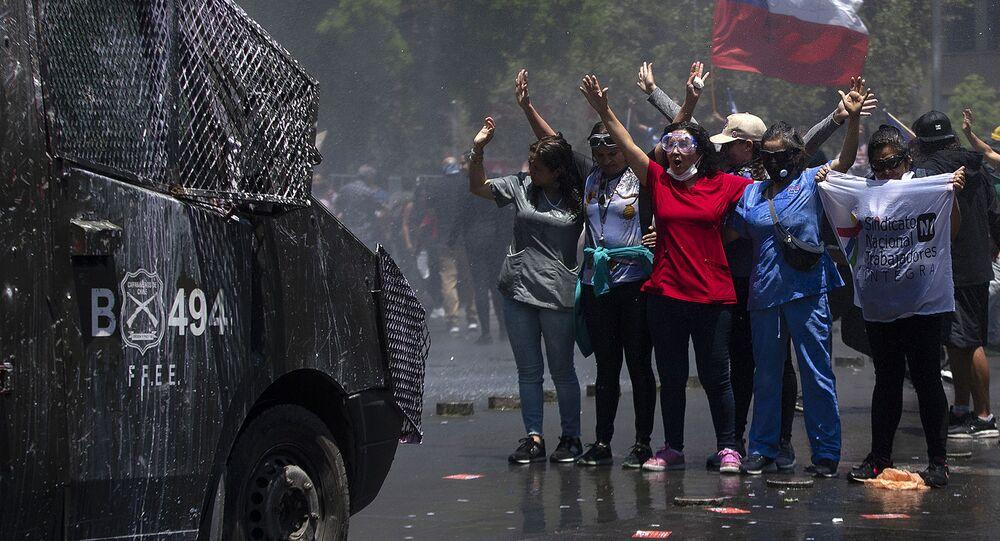 المشاركون في احتجاجت سانتياغو المناهضة للحكومة أما مقر البرلمان الرئاسي لا مونيدا، تشيلي 26 نوفمبر 2019