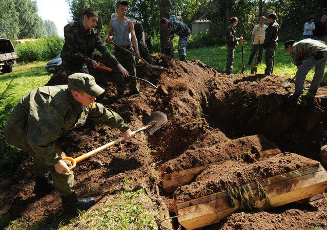 إعادة دفن جنود الحرب العالمية الثانية في منطقة نوفغورود