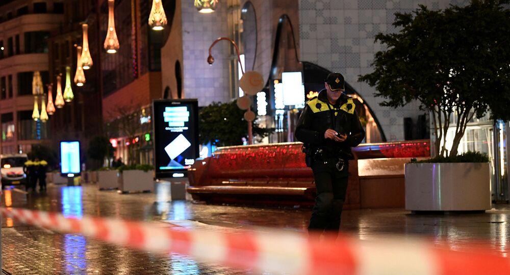 ضابط في الشرطة الهولندية يقف بالقرب من موقع حادث طعن في أحد شوارع التسوق في لاهاي، هولندا، 29 نوفمبر/تشرين الثاني 2019