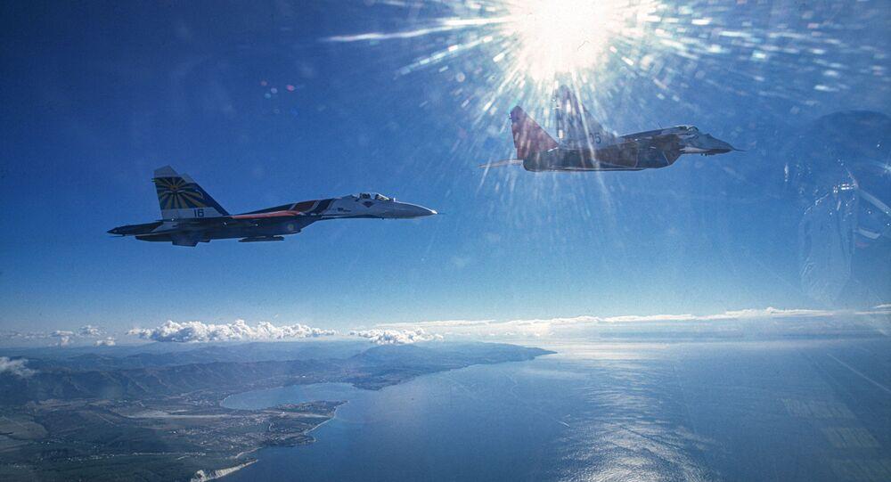 طائرتان من فرقتي الاستعراض الجوي الفرسان الروس وستريجي، تحلقان فوق البحر الأسود