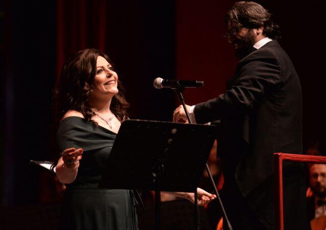 الزوجان بسيليس وكويفاتي يشعلان أوبرا دمشق في إطار أيام مهرجان الثقافة في دار الأسد للثقافة والفنون