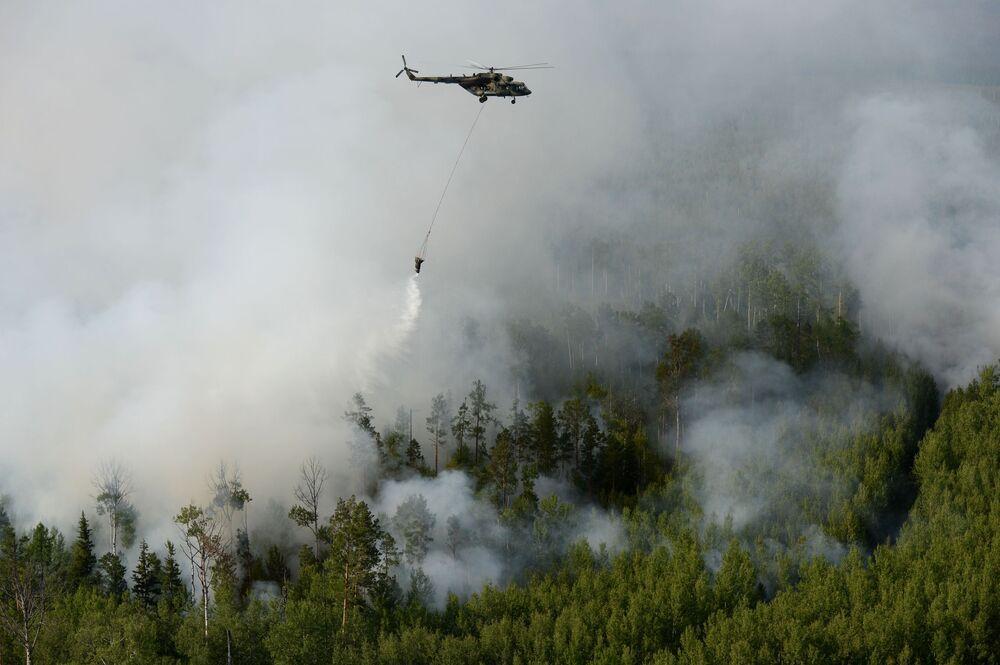 مروحية مي-8 تساعد في اطفاء الحريق في مقاطعة بوتشانانسكي في إقليم كراسنويارسك الروسي، 4 أغسطس 2019