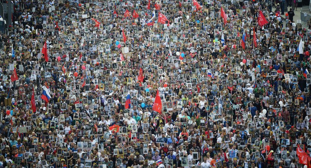 مشاركون في مسيرة الفوج الخالد في موسكو، 9 مايو 2019