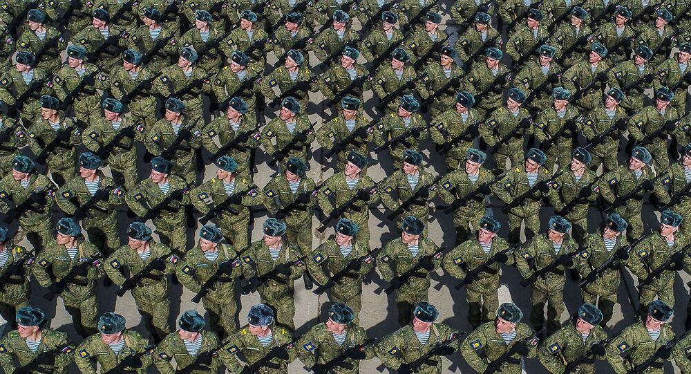 طلاب معهد ريازان العالي للإنزال الجوي، أثناء البروفة من العرض العسكري بمناسبة عيد النصر في الحقل العسكري في ألابينو بضواحي موسكو