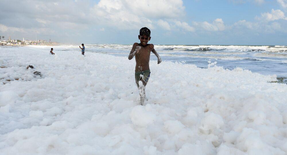 رغوة بيضاء سامة تغطي شواطئ مارينا في تشيناي، الهند 29 نوفمبر 2019