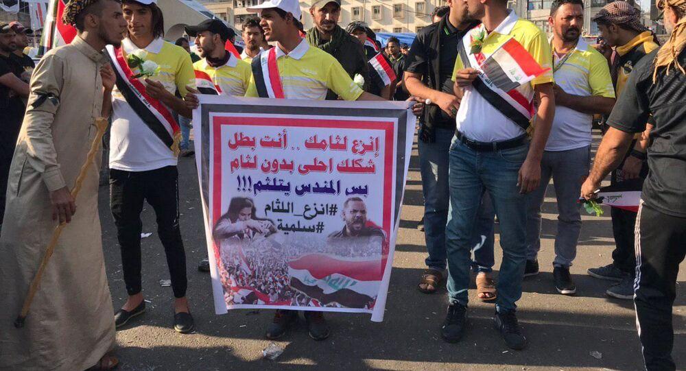 المتظاهرون العراقيون يتبعون اجراءات ضد المندسين في ساحة التحرير في بغداد