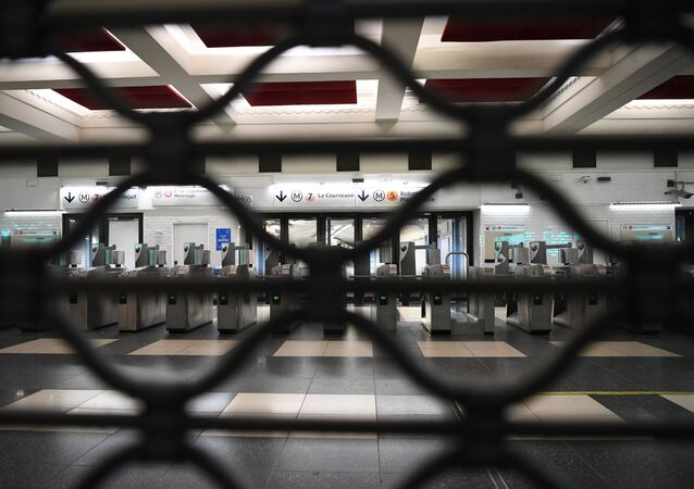 محطة مترو مغلقة أثناء إضراب احتجاجا قانون التقاعد الجديد