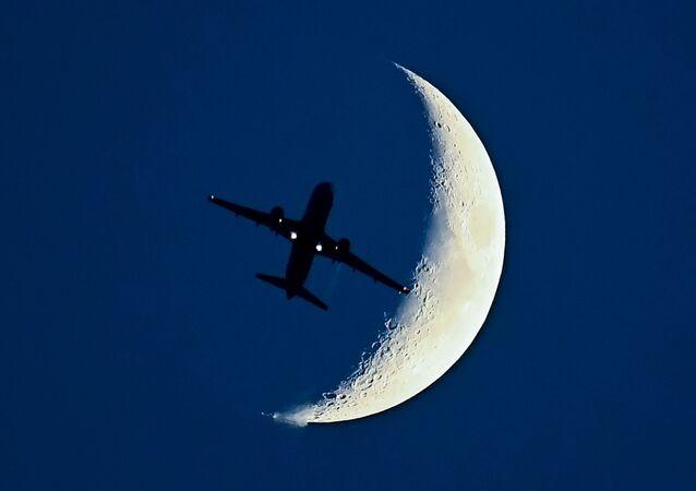 طائرة آيروباص أ320 على خلفية القمر