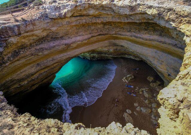 شاطئ في كهف بيناغيل في البرتغال