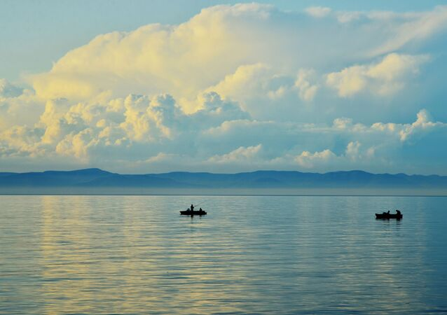 قوارب على بحيرة بايكال في جمهورية بورياتيا الروسية