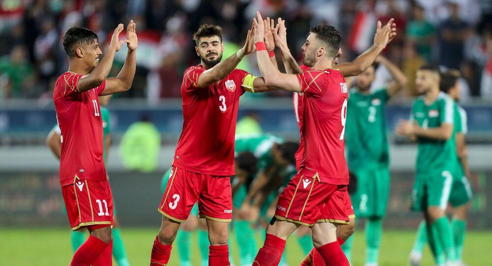 لاعبو منتخب البحرين يحتفلون بالصعود للنهائي في بطولة خليجي 24 عقب الفوز على منتخب العراق، 5 ديسمبر/كانون الأول 2019