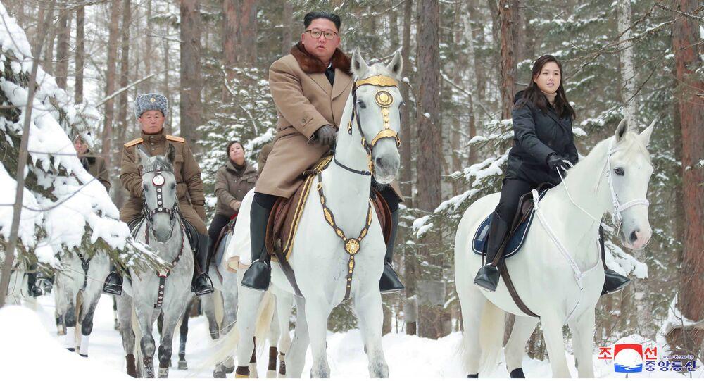 زعيم كوريا الديمقراطية كيم جونغ أون وزوجته يمتطيان الخيول في المنطقة الجبلية بايكتو، كوريا الشمالية 4 ديسمبر 2019