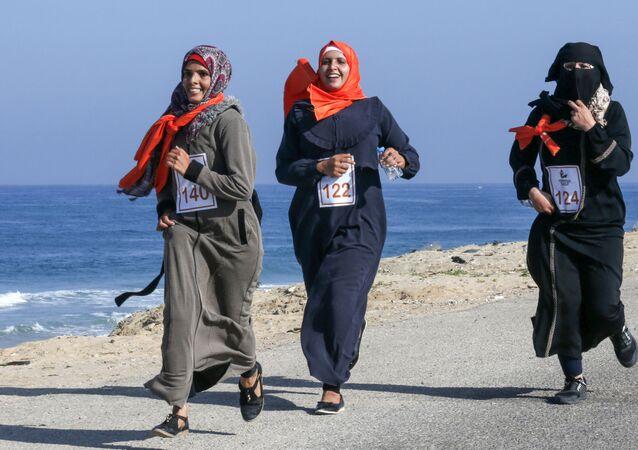 نساء فلسطينيات يشاركن في ماراثون الركض في إطار فعالية انهاء العنف ضد النساء في خان يونس، قطاع غزة،1 ديسمبر 2019