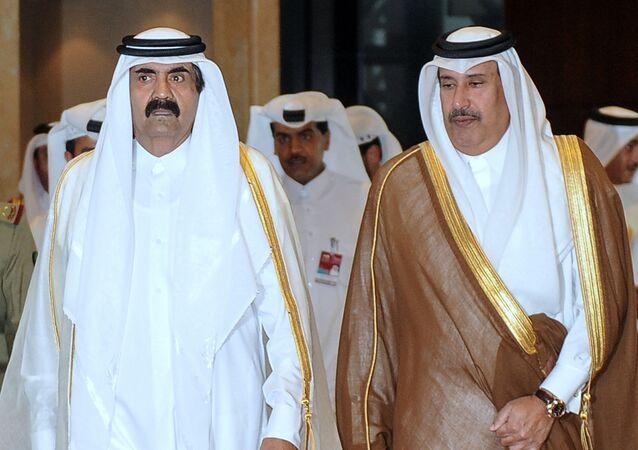 أمير قطر السباق الشيخ حمد بن خليفة، ورئيس وزراء قطر الأسبق الشيخ حمد بن جاسم