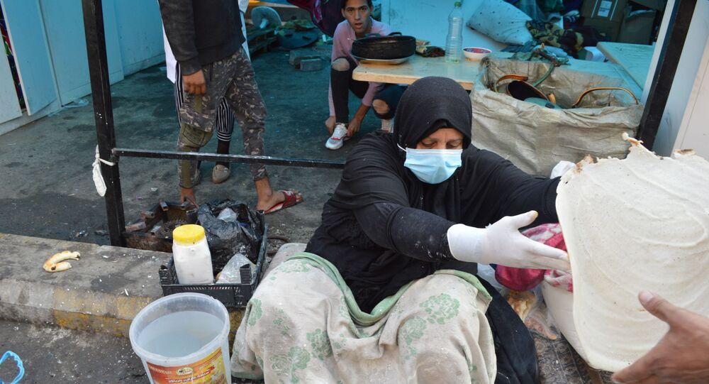 امرأة عراقية تدعم المتظاهرين بطريقتها الخاص