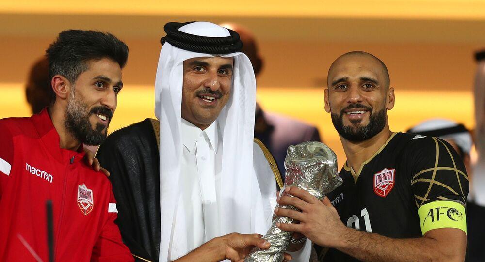 أمير قطر تميم بن حمد يسلم كأس الخليج لمنتخب البحرين
