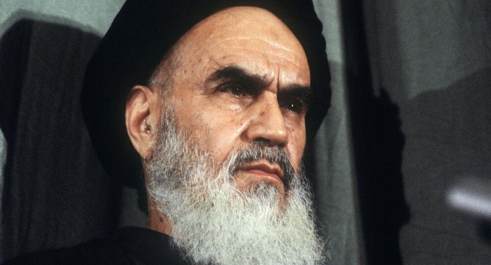 قائد الثورة الإيرانية والمرشد الأعلى للثورة الإسلامية الأسبق روح الله الخميني