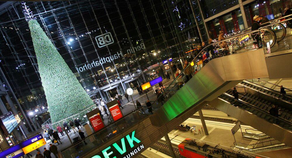 شجرة عيد الميلاد في قاعة محطة القطارات هوبت هافن هوف في برلين، ألمانيا 2006