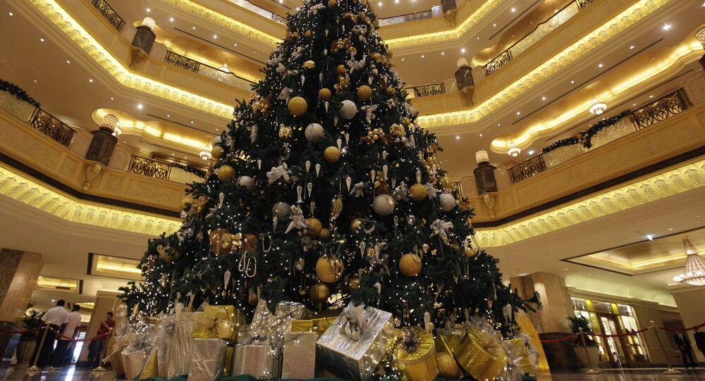 شجرة عيد الميلاد مزينة بمجوهرات ثمينة  تقدر بسعر11 مليون دولار، في بهو فندق قصر الإمارات في أبو ظبي، عام 2010