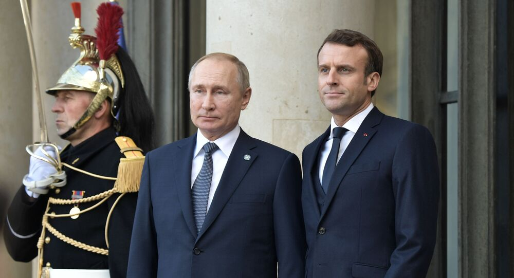 الرئيس الأوكراني فلاديمير زيلينسكي والرئيس الروسي فلاديمير بوتين والرئيس الفرنسي إيمانويل ماكرون يحضرون اجتماعًا لقادة رباعي نورماندي في قصر الإليزيه في باريس