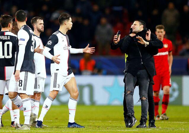 رونالدو يفقد أعصابه على مشجع حاول التقاط سيلفي معه خلال مباراة يوفنتوس وباير ليفركوزن