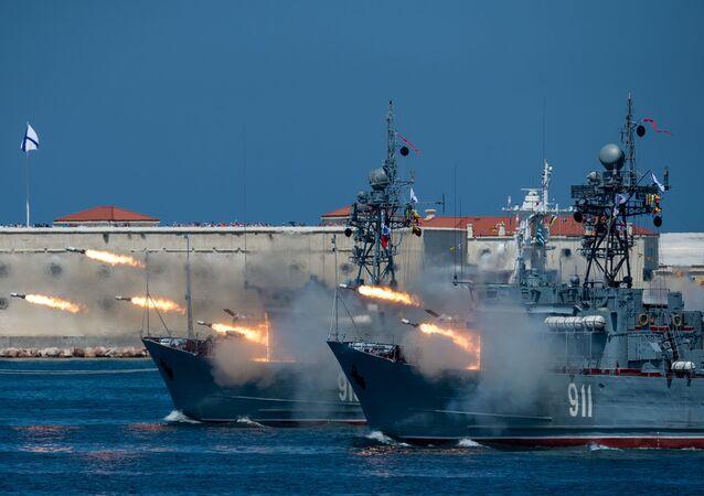 الأسطول الروسي - كاسحات ألغام البحر كوفروفيتس و إيفان غولوبيتس أثناء الاحتفال بيوم البحرية في سيفاستوبول، القرم الروسية