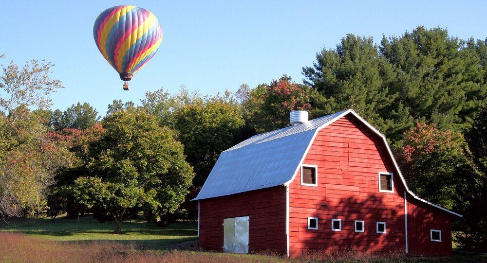 منطاد هوائي والبيت الأحمر في آشفيل، ولاية كارولينا الشمالية، الولايات المتحدة